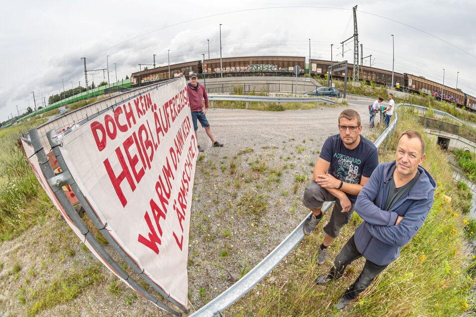 Thomas Beyer, Frank Mitschke und Michael Rummler (v. l.) gehören mit zu den Neuhofern, die sich den Bahnlärm nicht länger zumuten wollen. Mit Transparenten protestieren sie dagegen.