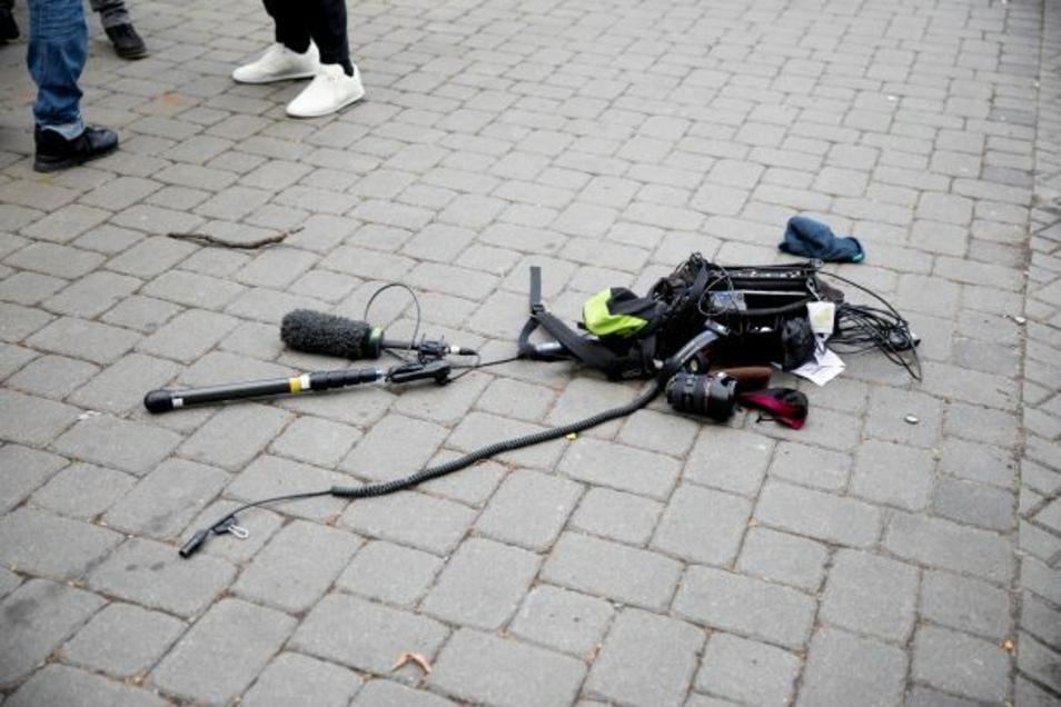 Nach einem Angriff auf ein Kamerateam, liegt die Ausrüstung am Boden. Das Europäische Zentrum für Presse- und Medienfreiheit (ECPMF) hat einen deutlichen Anstieg von Angriffen auf Journalisten in Deutschland registriert.