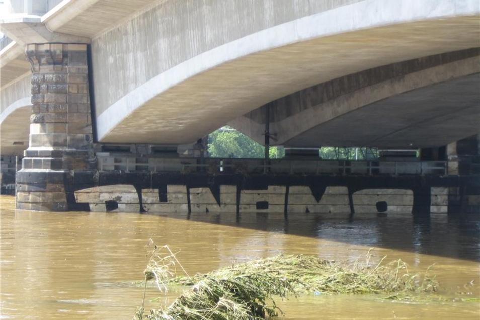 Auch dieses Graffito steigt ganz langsam wieder aus den Fluten.