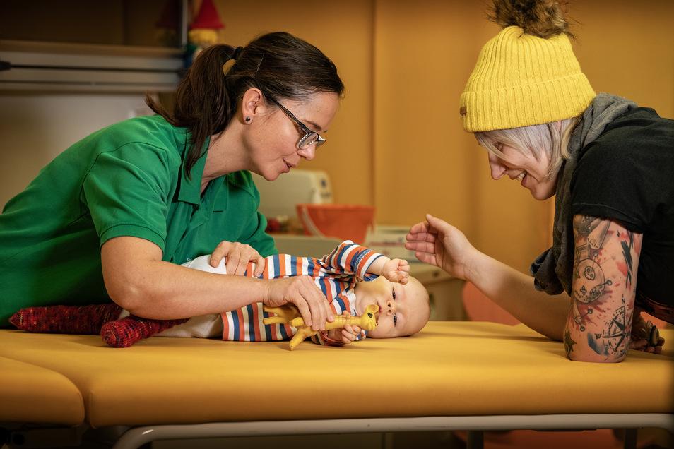 Der kleine John aus Sebnitz war das zweite Kind, das mit der Gen-Therapie behandelt wurde. Inzwischen haben vier Kinder in Deutschland das Präparat Zolgensma erhalten – alle auf Kassenkosten. Nun will Novartis 100 Dosen verlosen.