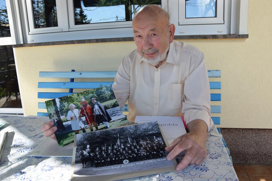 Reinhold Weise zeigt seine zusammengetragenen Fotos und Informationen über Spohla.