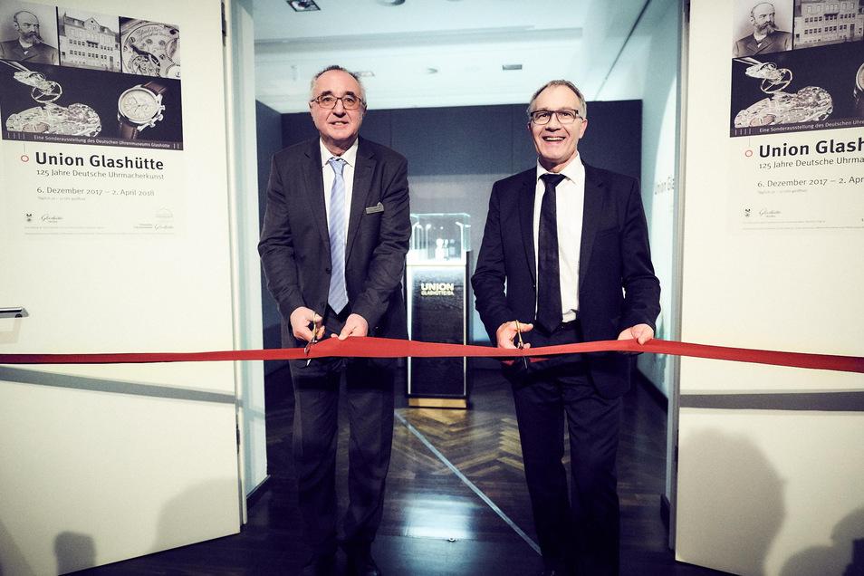 Zusammen mit Adrian Bosshard, damals Chef der Union-Uhrenfabrik, eröffnet Reinhard Reichel eine Sonderausstellung zur Firma Union.