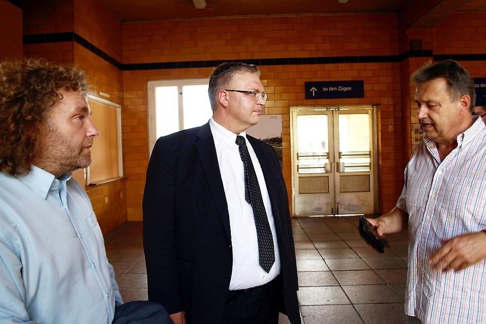 OB Torsten Pötzsch, Sachsens Revierbeauftragter Armin Rohde und Stadtvereins-Chef Frank Schwarzkopf (v.l.n.r.) im Gespräch zur Zukunft des Bahnhofs Weißwasser.