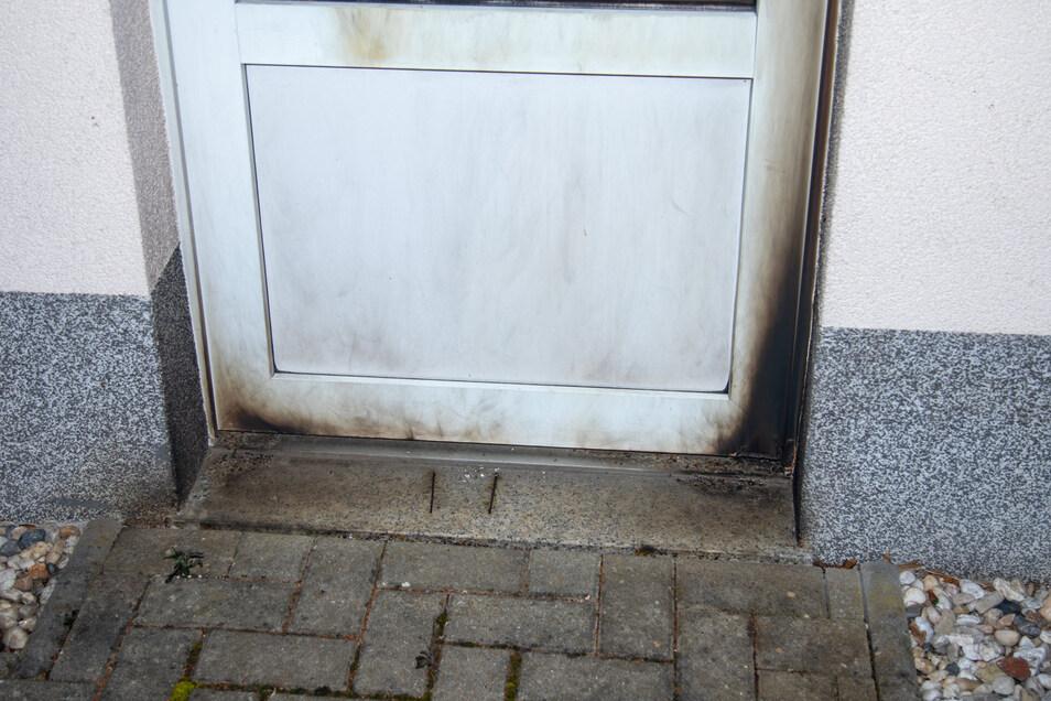 An einer Tür des Hauses in Großharthau sind noch deutlich die Rußspuren zu sehen.