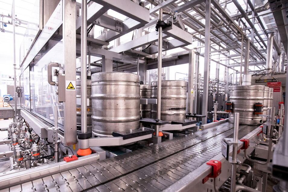 Bierfässer stehen in der Kontroll- und Reinigungsanlage der Produktionsstätte der Holsten-Brauerei im Hamburger Stadtteil Hausbruch.