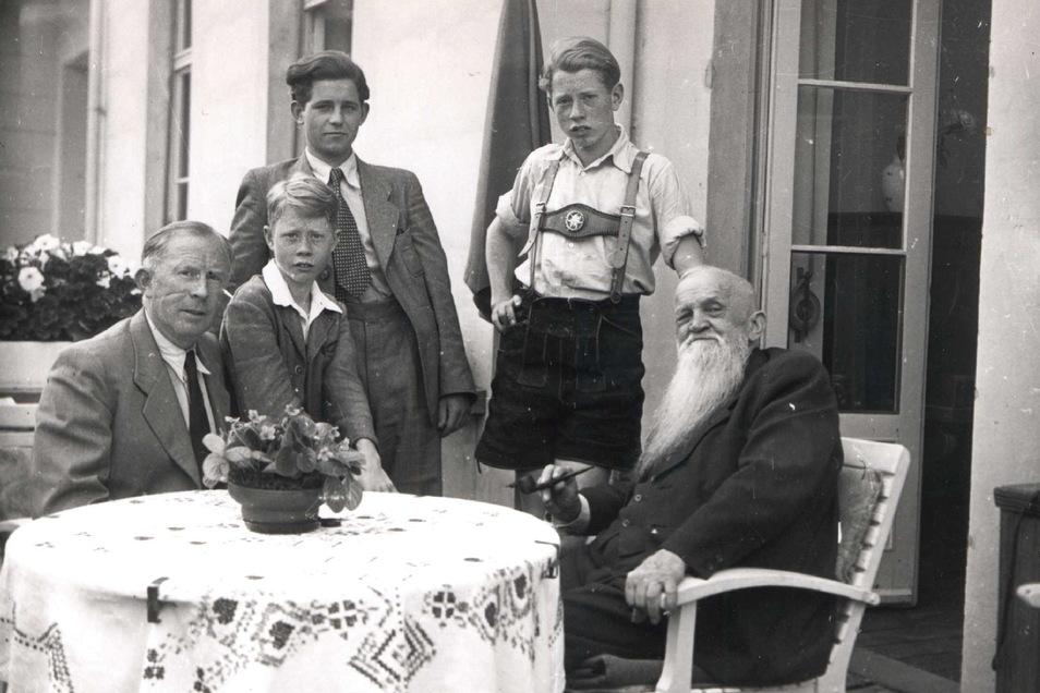 1949: Der junge Kurt Biedenkopf (3. v. links) mit seinem Vater, seinen beiden Brüdern sowie seinem Großvater.