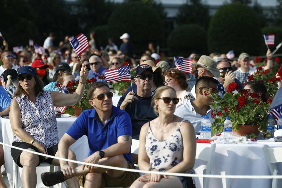 Bei den Feierlichkeiten am Unabhängigkeitstag auf dem Gelände des Weißen Hauses trug so gut wie niemand Maske.