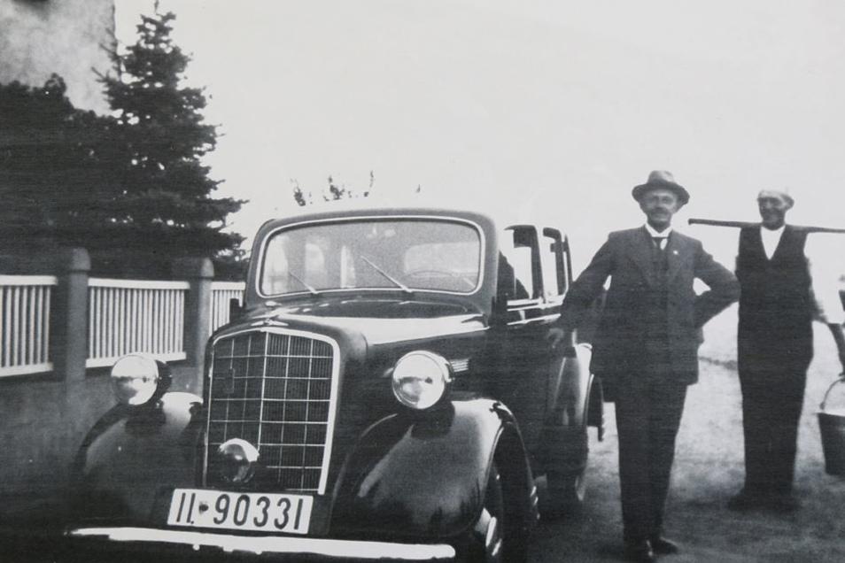 Der wohlhabende Bauer Reinhardt mit seinem neuen Auto.
