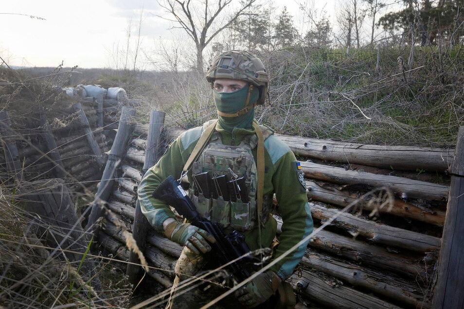 Ukraine, Luhansk: Ein ukrainischer Soldat an der Trennlinie zum pro-russischen Separatistengebiet. Wegen eines russischen Truppenaufmarschs unweit der ukrainischen Grenze wächst die Sorge vor einer Eskalation.