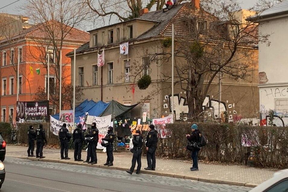 Die Polizei hat sich am Morgen vor den besetzen Häusern aufgebaut.