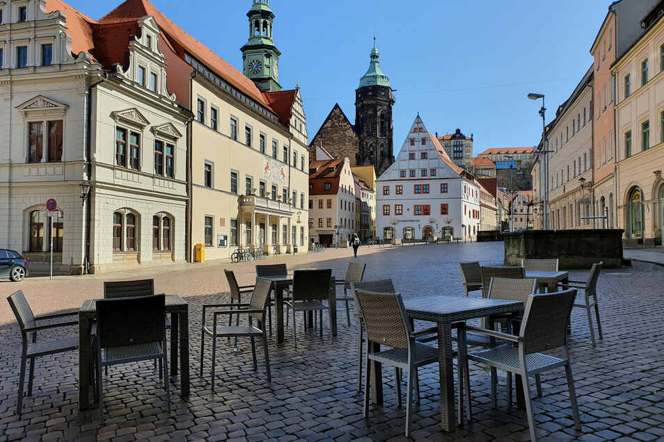 Verwaiste Stühle eines Restaurants am Pirnaer Markt: Pirna will Gastronomen den Neustart erleichtern.