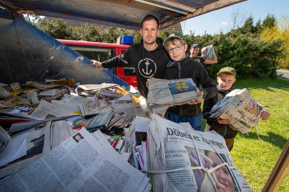 Altpapiersammlung bei der Feuerwehr Gersdorf: Collin (12, mit Brille) und Casey (10, rechts) aus Wallbach haben Zeitungen vorbeigebracht.
