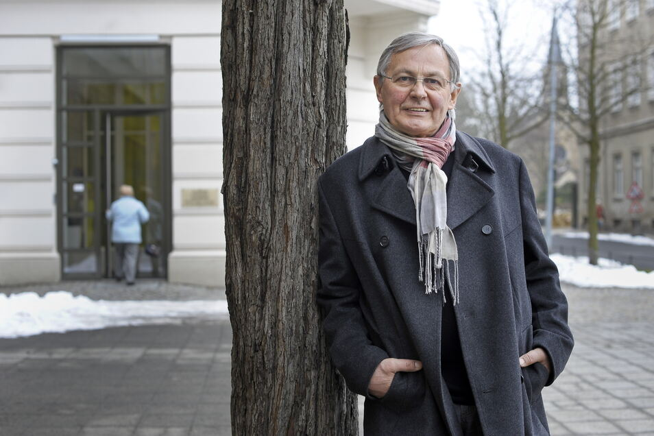 Vor der Pensionierung: Rolf Weidle vor seiner Arztpraxis an der Joliot-Curie-Straße, die er an Nachfolger Dr. Henry Hedrich übergab.