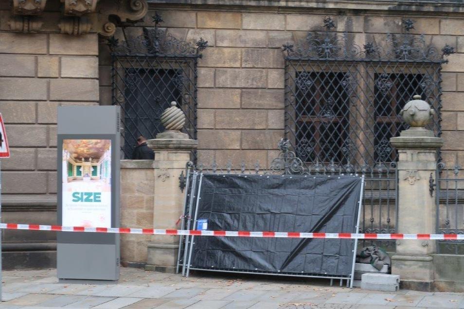 Links ist das vergitterte Fenster zu sehen, durch das die Einbrecher ins Residenzschloss mitten in der Altstadt gelangten. Ein Ermittler sichert Spuren.