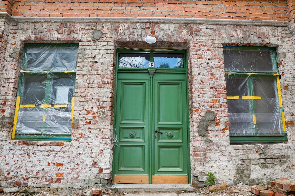 Die alten Fenster und Türen sind teilweise wieder aufgearbeitet worden, der Putz kommt in den nächsten Tagen neu dran.