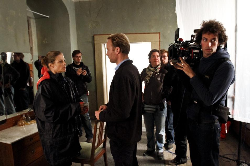 """Drehort Wasserschloss Tauchritz: Marie Bäumer (links) und Mark Waschke (3. von links) besprechen sich hier 2012 für ihren Film """"Zum Geburtstag""""."""
