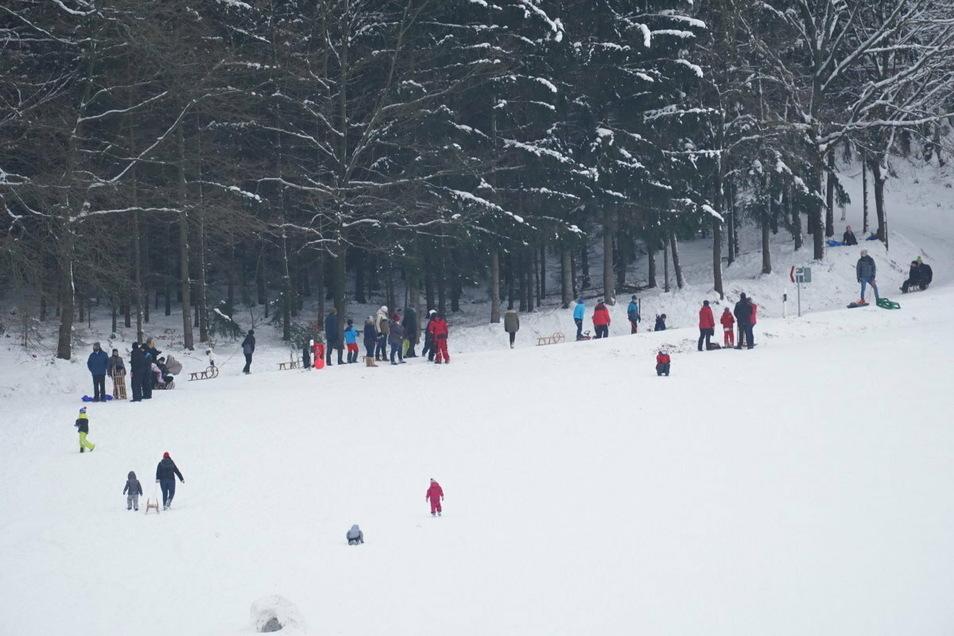 Der Rodelhang am Mönchswalder Berg war am Wochenende ein beliebtes Ausflugsziel für Familien aus der Region. Die Polizei rückte deshalb mit zwei Einsatzwagen zur Kontrolle an.