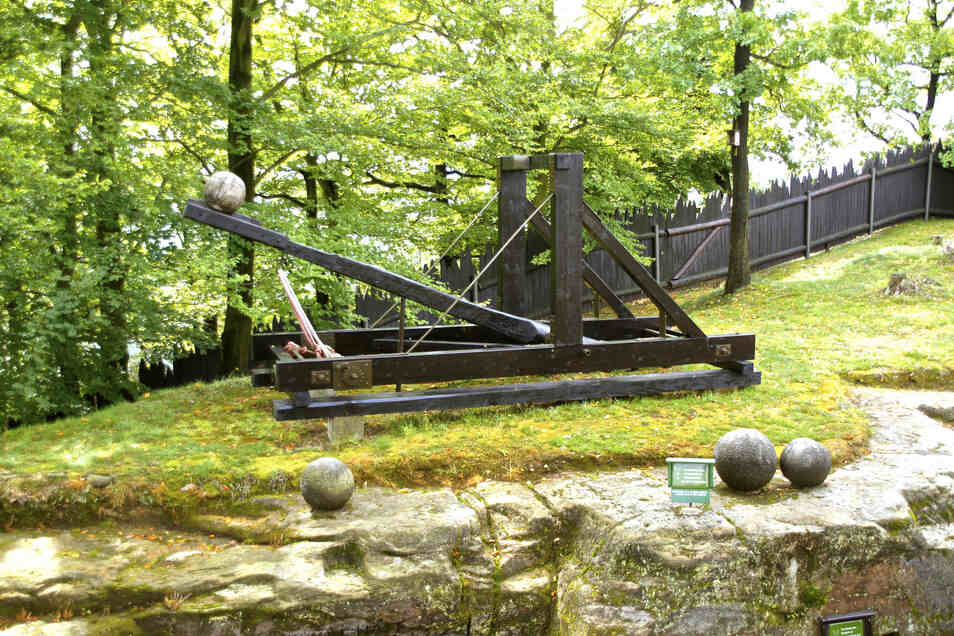 Nachbau einer Steinschleuder im Freilichtmuseum der Felsenburg Neurathen.