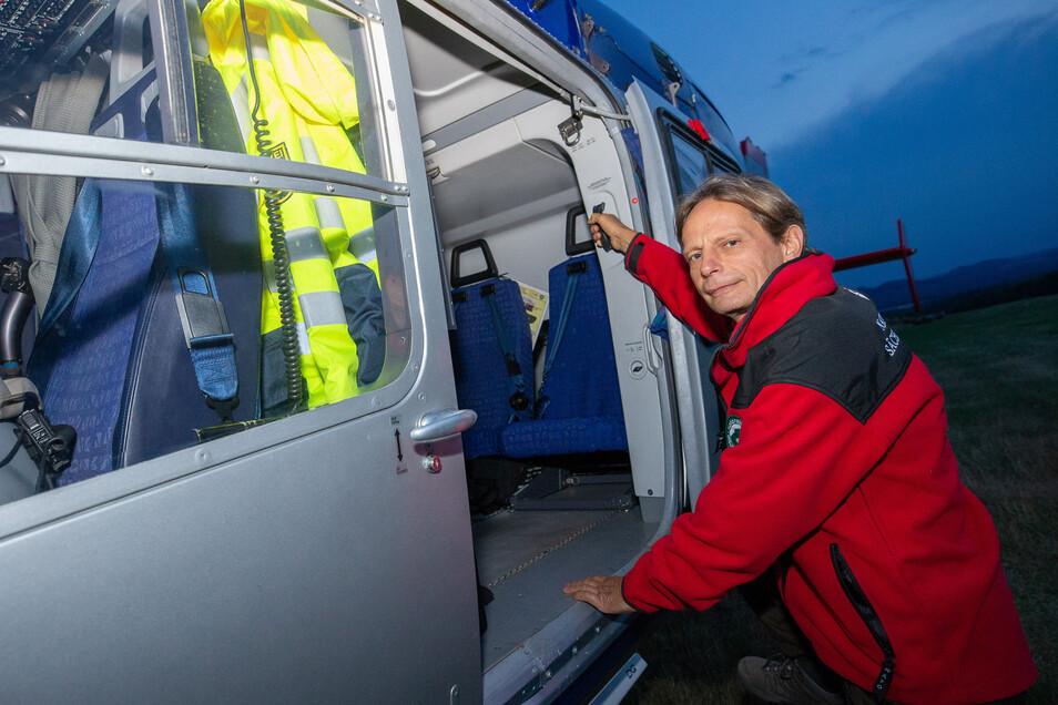 Nationalparkwächter Andreas Knaak steigt in den Helikopter, um der Polizei bei der Suche zu helfen.