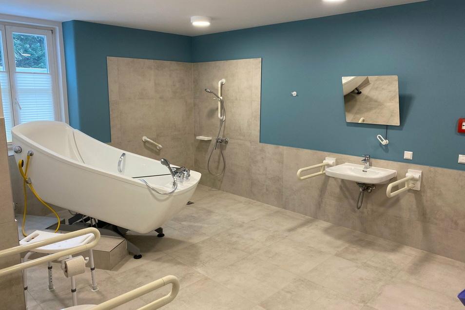 Eines der beiden Pflegebäder im Haus, das über jeweils kipp- und senkbare Badewannen verfügt.