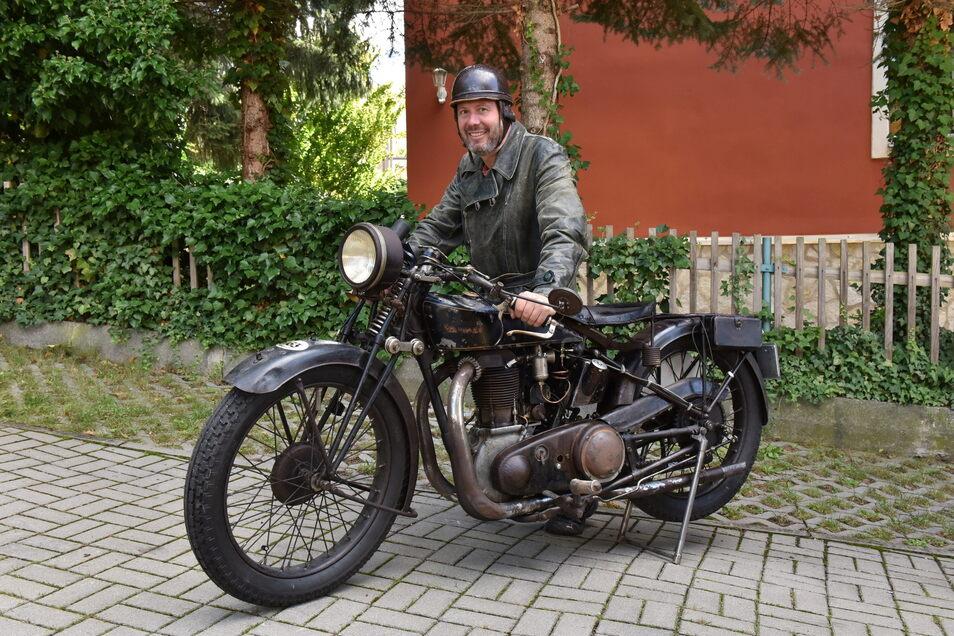 Marco Krauß aus Freital mit seinem Oldtimer-Motorrad, mit dem er über die Alpen fuhr.