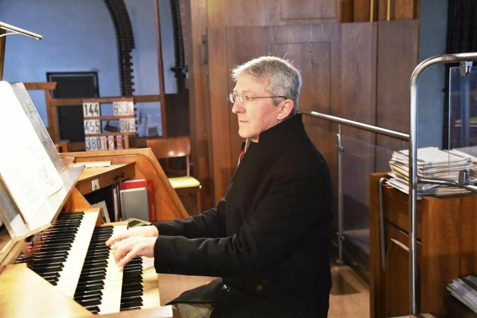 Thomas Seyda an der Orgel der St.-Jakobus-Kathedrale.