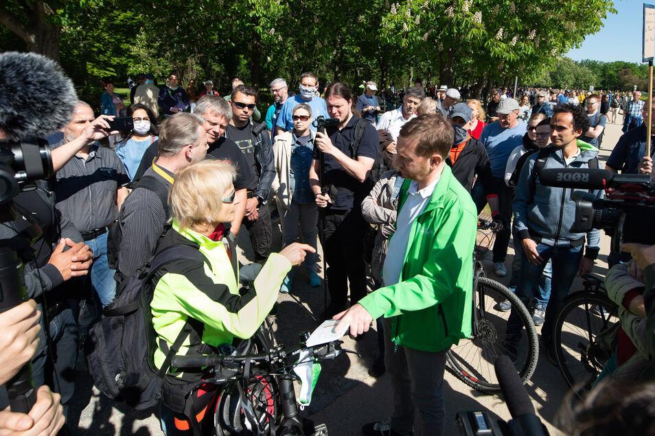 Ministerpräsident Kretschmer (grüne Jacke) stellt sich bei einer Anti-Corona-Demo in Dresden den Protestierenden.