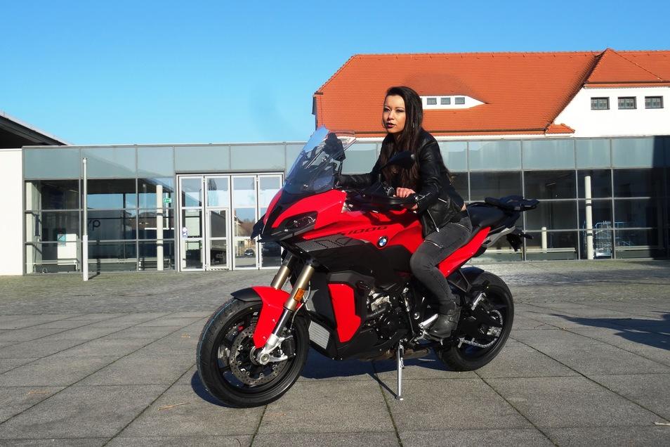 Model Nicol Schaff darf auf einer Neuheit von BMW probesitzen.