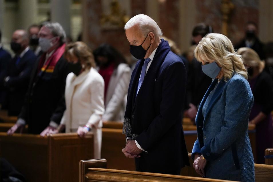 Der designierte US-Präsident Joe Biden und seine Frau Jill Biden besuchen die Messe in der Kathedrale St. Matthew the Apostle während der Feierlichkeiten zu seinem Amtsantritt.