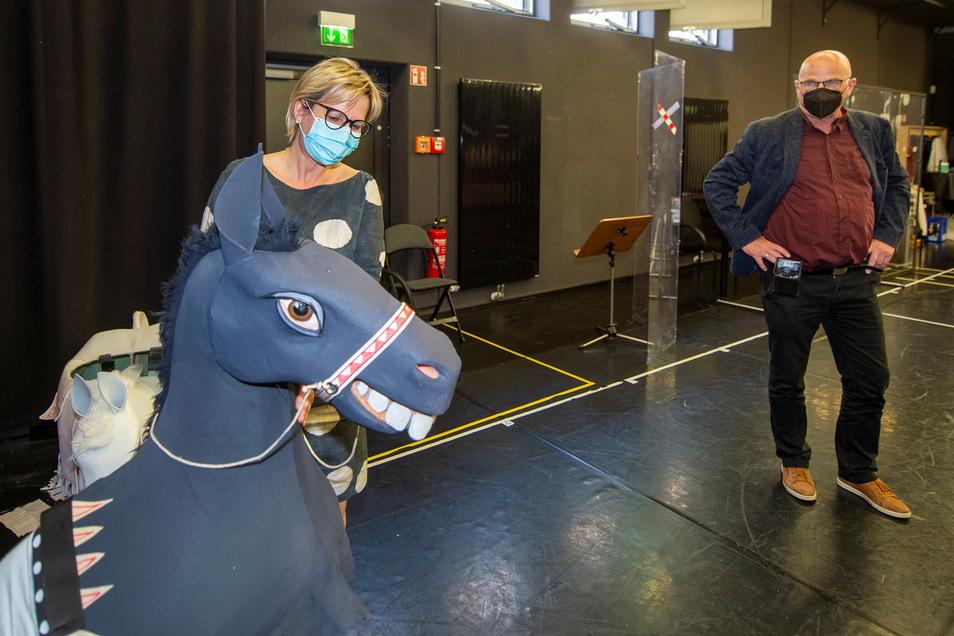 Auf der Probebühne begutachtet die Ministerin eine Pferde-Attrappe.