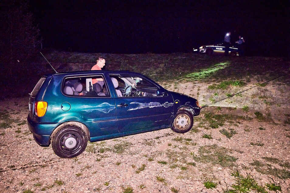 Bergung des grünen VW Polos aus der Müglitz. Erst nach einer wilden Verfolgungsjagd konnte der Fahrer gefasst werden.