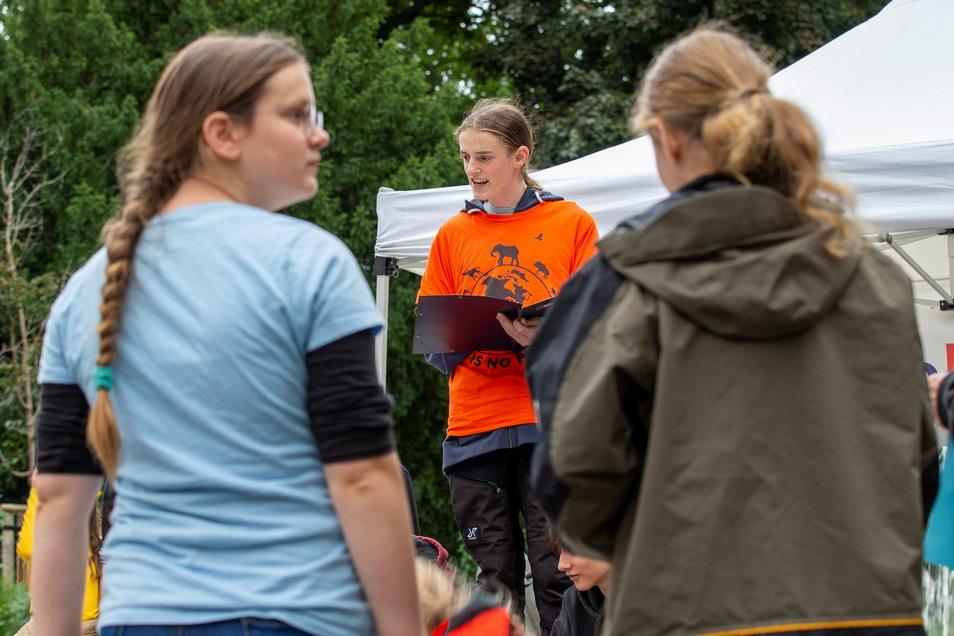 Mehrere Menschen sind dem Aufruf des 16-jährigen Aktivisten Elias Bistry (Mitte) zum Klimastreik am Friedenspark in Pirna gefolgt.