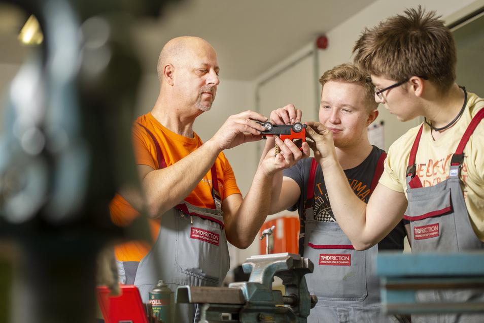 Nico Sauermann (r.) und Hannes Tessenow (M.) werden bei TMD Friction zu Verfahrensmechanikern ausgebildet. Silvio Kühne leitet die Azubis an.
