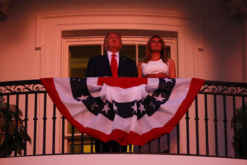 """Trump und seine Gattin Melania Trump beobachten vom Balkon des Weißen Hauses das Feuerwerk zum """"Independence Day""""."""