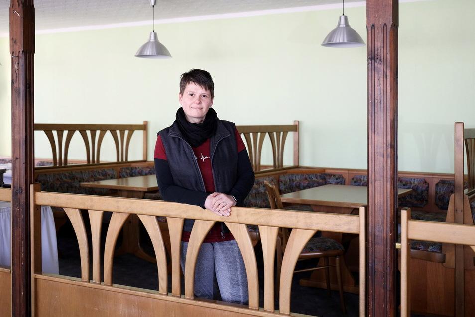 """Katrin Neubauer in ihrer Gaststätte """"Zum Bürgergarten"""". Seit 2011 leitet sie die Pension und Gaststätte. Doch nun gibt sie auf. Mittlerweile seien die Kosten für den Betrieb nicht mehr zu stemmen."""