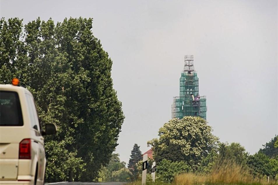 Von der B 6 am Abzweig Kuppritz bietet sich dieser Blick auf den eingerüsteten Hochkircher Kirchturm. 60 Meter hoch ist der 1750 fertiggestellte Turm.