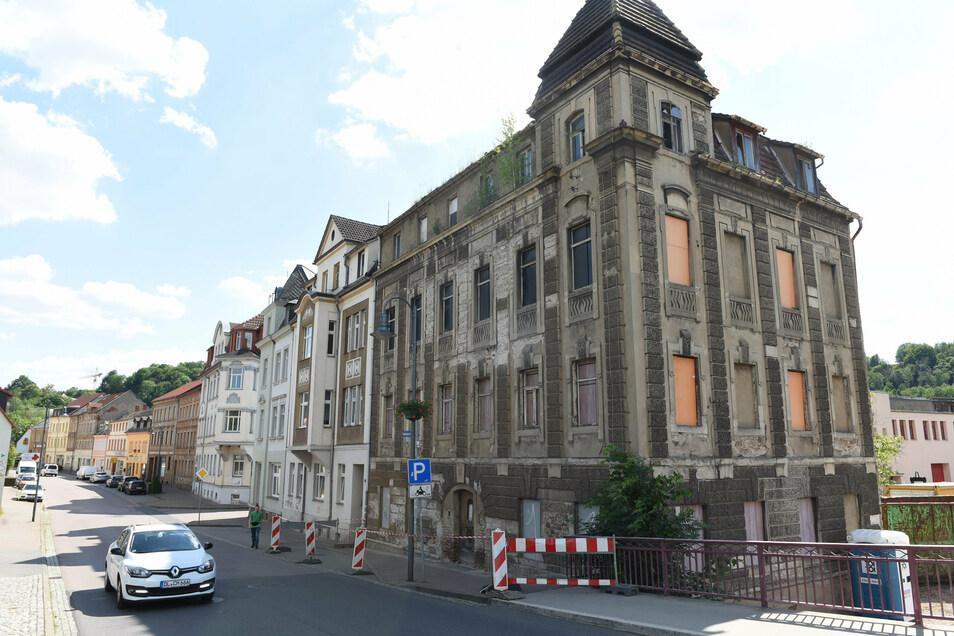 Das Haus an der Bahnhofstraße 2 in Roßwein wird entkernt.