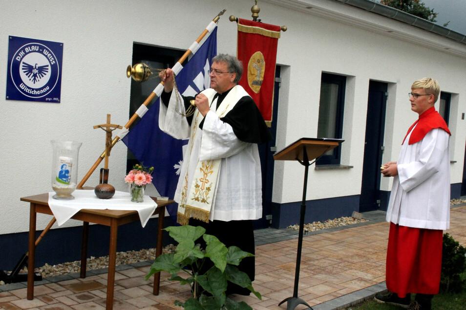 Wittichenaus Pfarrer Dr. Wolfgang Kresak, dem hier Ministrant Florian Wels zur Seite steht, weihte den Neubau des Sozialheims der DJK Wittichenau.