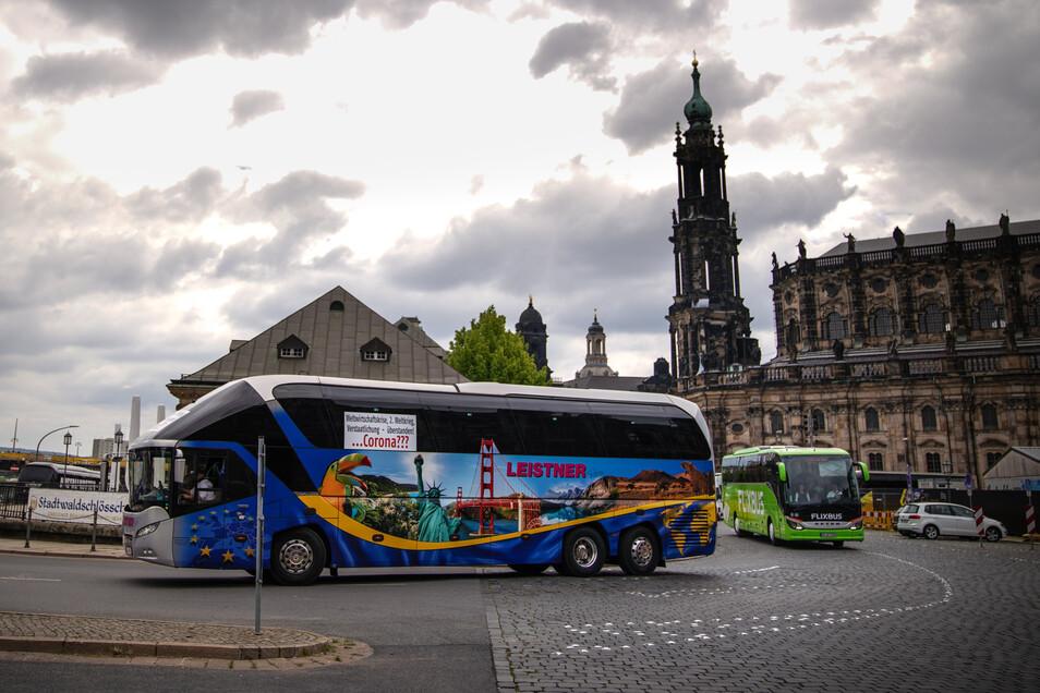 Laut hupend fuhren die Reisebusse parallel zum laufenden Demo-Zug am Theaterplatz vorbei.