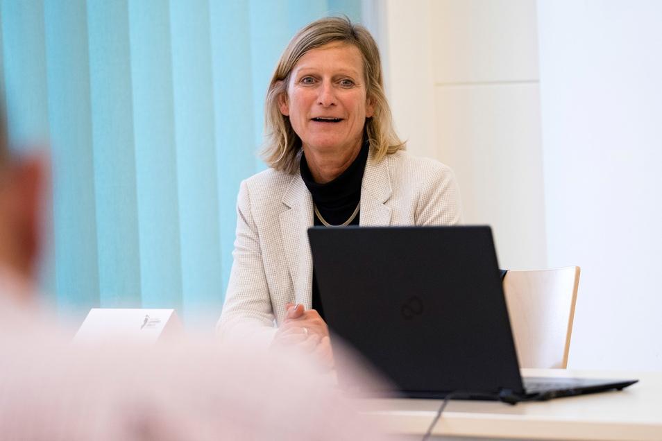 Christine Edmaier, gehört zum S.E.K. Architekturbüro aus Berlin, hier spricht sie bei einer Pressekonferenz zum Landratsamt-Neubau in Görlitz.