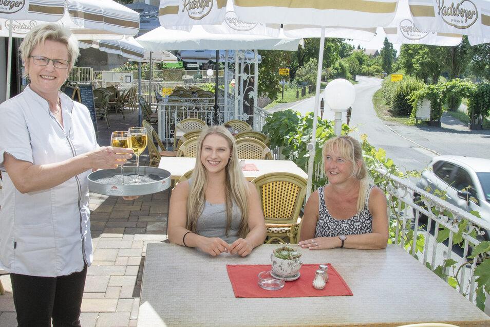 Bei Chefin Gabriele Dörner gibt es für diese beiden Gäste ein Glas Wein.