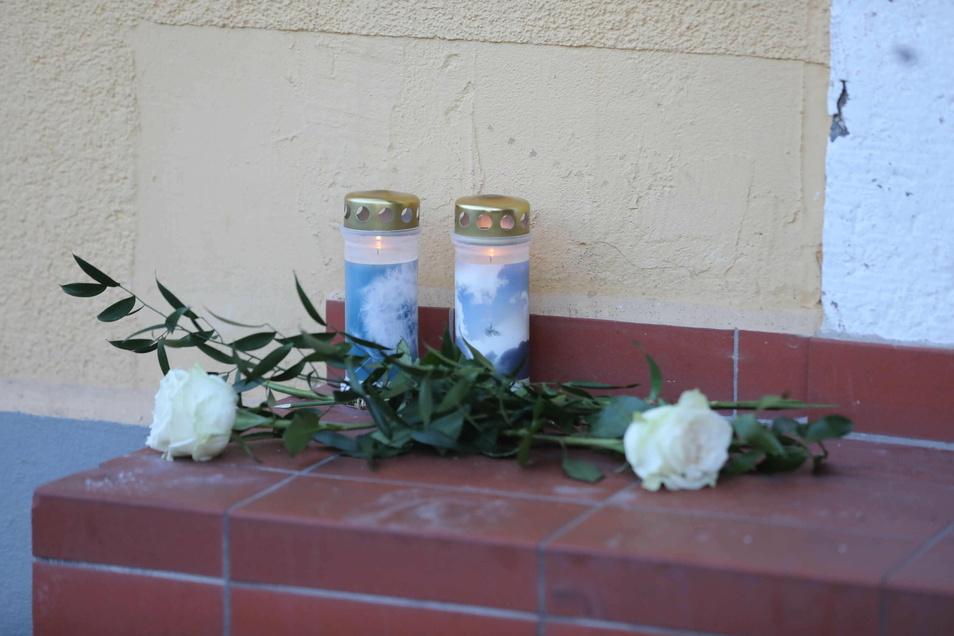 Für den erschossenen 20-jährigen Jean N. haben Bekannte in Freital einen Trauerplatz am Tatort eingerichtet.