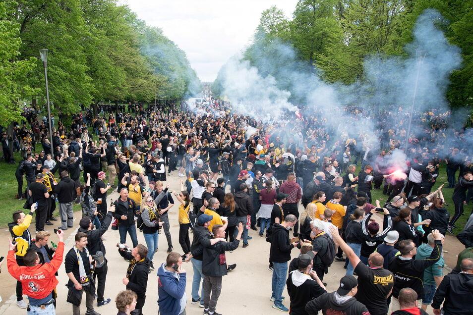 Bis zu 5.000 Fans, so die Schätzungen, haben sich vergangenen Sonntag bei Dynamos Aufstiegsspiel in Stadionnähe versammelt. Das darf sich an diesem Wochenende nicht wiederholen, appelliert der Verein.