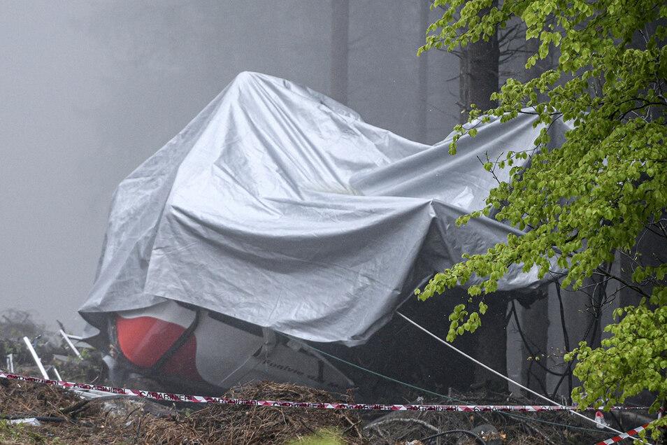 Die abgestürzte Gondel ist mit einer Plane verdeckt. Beim Absturz der Gondel einer Seilbahn am norditalienischen Lago Maggiore am 23. Mai haben mindestens 14 Menschen ihr Leben verloren.