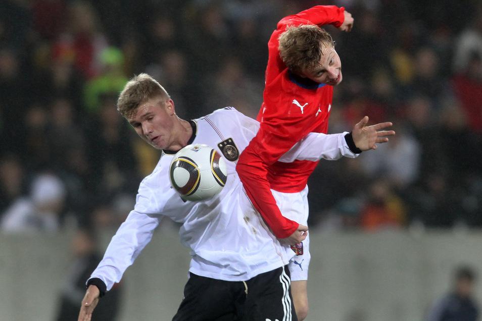 Alexander Merkel (l.) erzielte im November 2010 das erste Tor bei einem Männer-Länderspiel im neuen Dresdner Rudolf-Harbig-Stadion. Es war das 1:0 für die deutsche U19-Auswahl gegen Tschechien. Die von Ralf Minge trainierte Mannschaft spielte damals vor 4