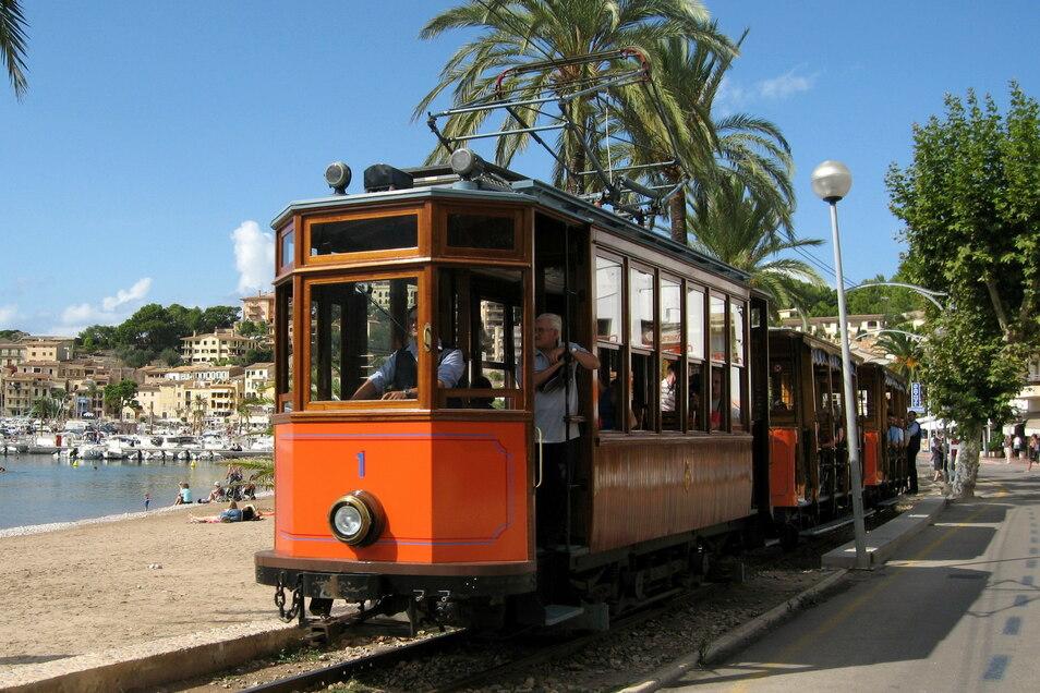 """Die als """"Roter Blitz"""" bekannte Straßenbahn fährt durch Port de Soller. Vorgesehen ist, dass die neue Straßenbahn die Trasse des Urlauber-Bummelzugs nutzt. Baubeginn soll 2023 sein."""
