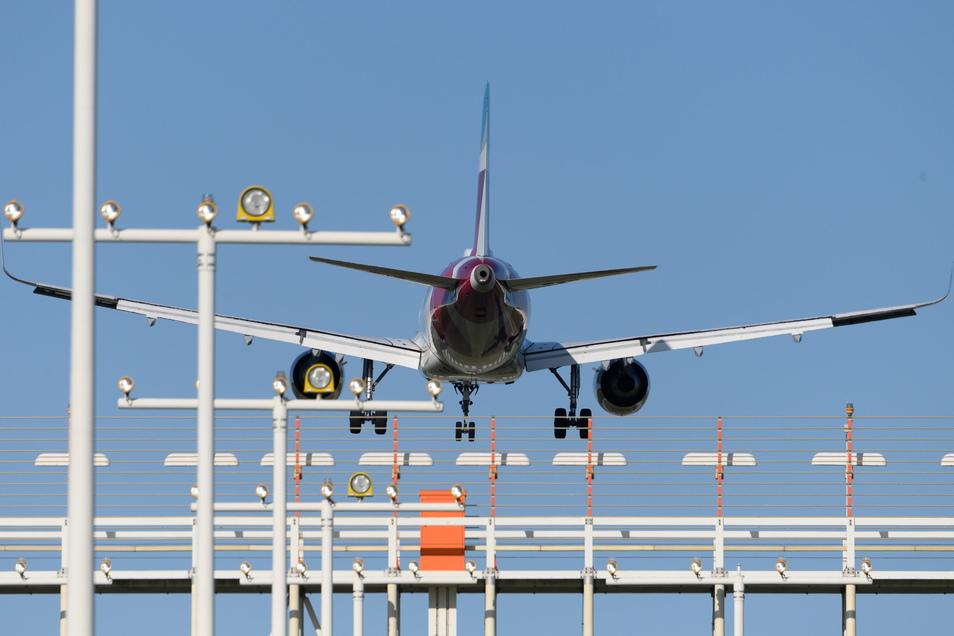 Ein Flugzeug vom Typ Airbus A320 landet auf den Flughafen Dresden. Wie geht es mit fortschreitender Klimaerwärmung beim Flugverkehr weiter?