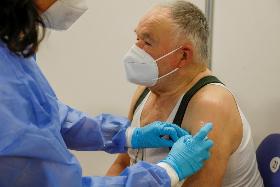 Die Zahl der Geimpften im Landkreis steigt stetig - viele haben ihre Impfungen im Impfzentrum Löbau erhalten - so wie Herr Kindler aus Rosenhain.