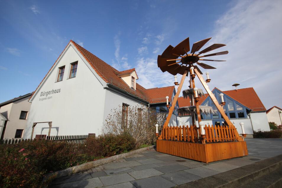 Die Pyramide am Bürgerhaus Bröthen wurde am Wochenende aufgestellt. Die Figuren folgen noch. Und in Dörgenhausen soll bald der neue Schwibbogen leuchten.