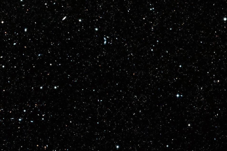 """Das Panoramabild """"Hubble Legacy Field"""" ist eine Kombination aus rund 7500 Einzelaufnahmen des Weltraumteleskops. Das Bild enthält Beobachtungen aus 16 Jahren."""